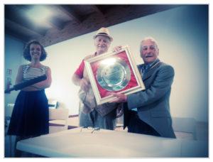 Ivo Mafucci che riceve il riconoscimento dall'associazione Sergio Lampis di Ribolla. Nella Foto: Irene arconi, Domenico Gamberi e Ivo Mafucci